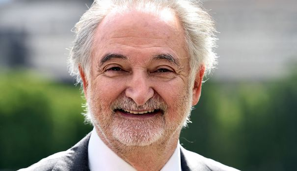 jacques-attali-pose-le-20-mai-2015-a-paris_5424207